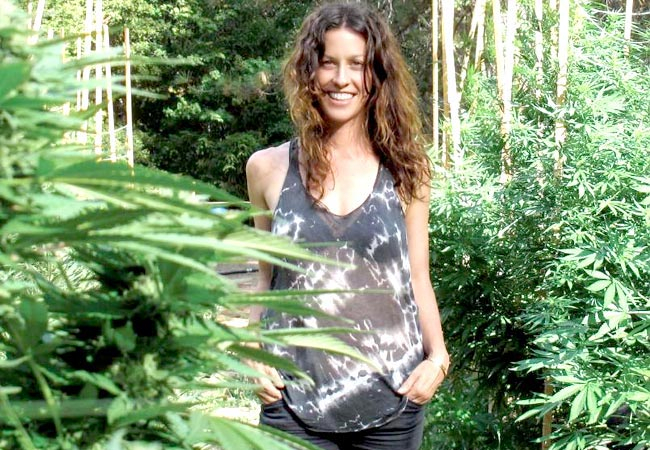 does alanis morissette smoke weed 1 - Does Alanis Morissette smoke weed? You Oughta Know!